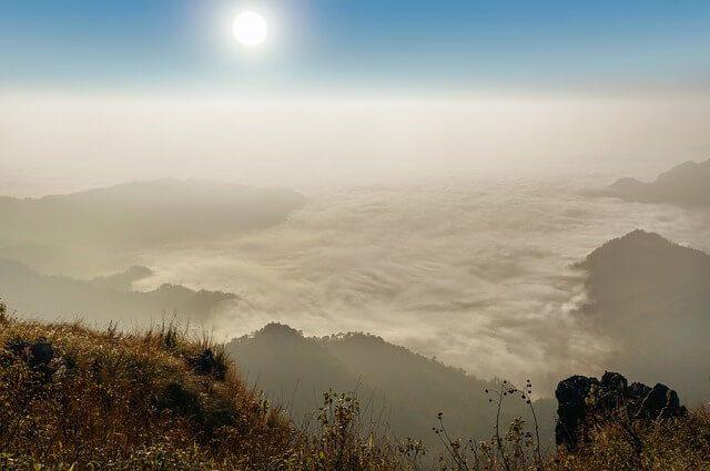 Janvier, bilan : Lever de soleil sur la brume en montagne