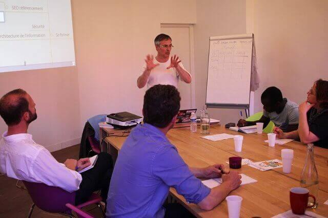 Cyrille Sanson-Stern animant une présentation WordPress pour Trade School Toulouse