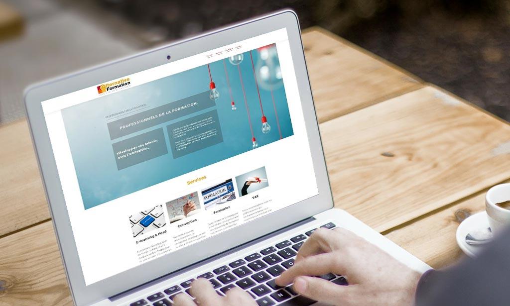 Portable affichant la page d'accueil d'alternativeformation.net.