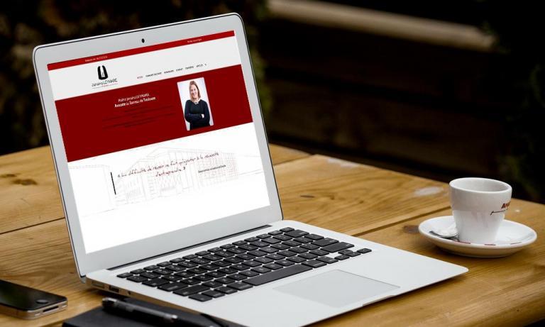 Portable affichant la page d'accueil de Avocat-leymarie-toulouse.fr.