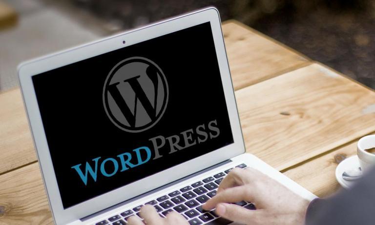 Portable affichant le logo de WordPress.