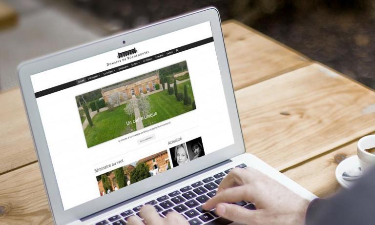 Portable affichant la page d'accueil de Rochemontes.com