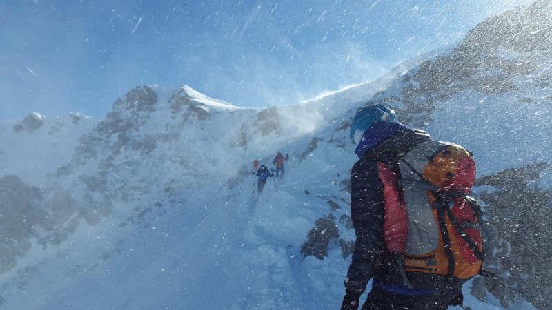 Marcheurs pris dans une tempête de neige en montagne.