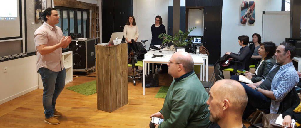 Mike Lecomte présente sa revue de web devant un auditoire très attentif.