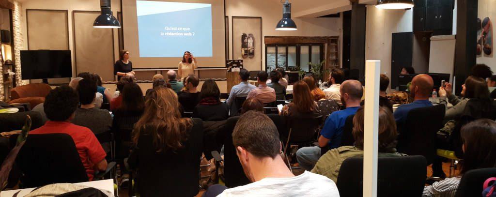 Magali Tuffier et Sophie Saint Blancat animent une conférence sur la rédaction web devant une salle pleine.