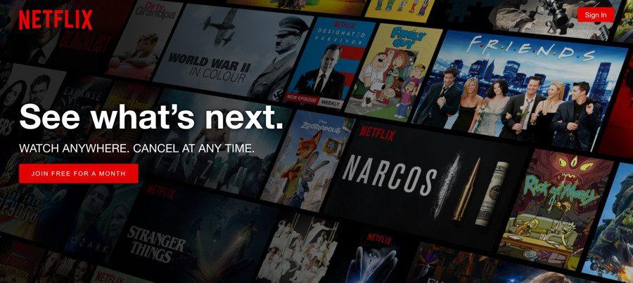 Page d'accueil de Netflix avec du texte au-dessus d'une image d'arrière-plan montrant des affiches de films.