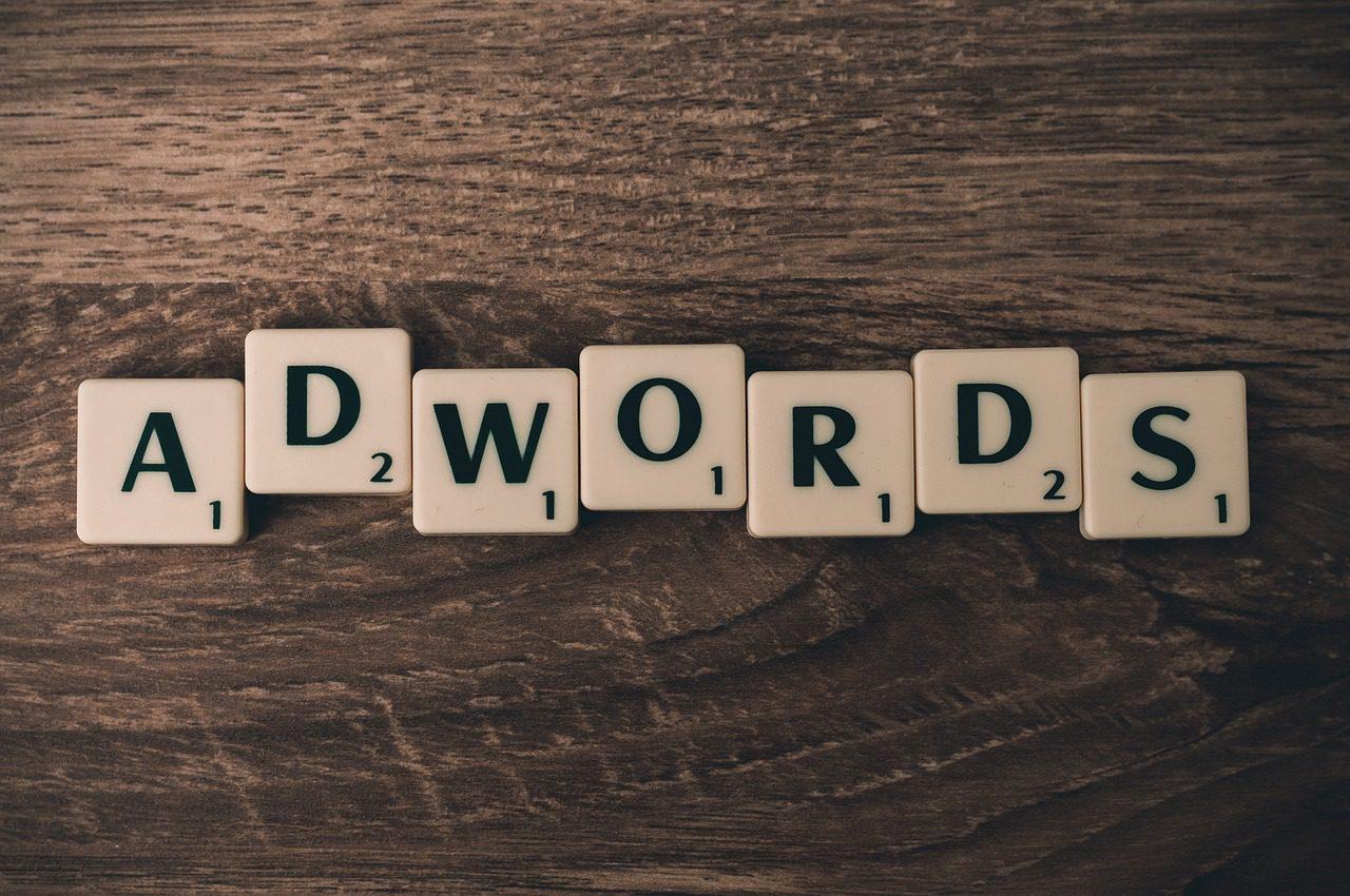 Adwords écrit avec des lettres du Scrabble.