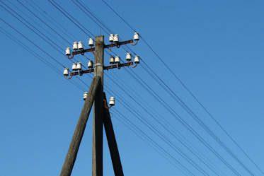 Ligne téléphonique sur ciel bleu.